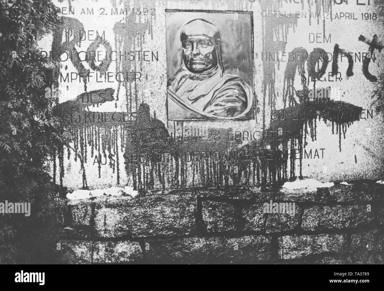 """Das denkmal für den berühmten jagdflieger Manfred von Richthofen in  Swidnica wurde von den Kommunisten mit roter Farbe und die Worte """"Rote  Front"""" verschmiert Stockfotografie - Alamy"""