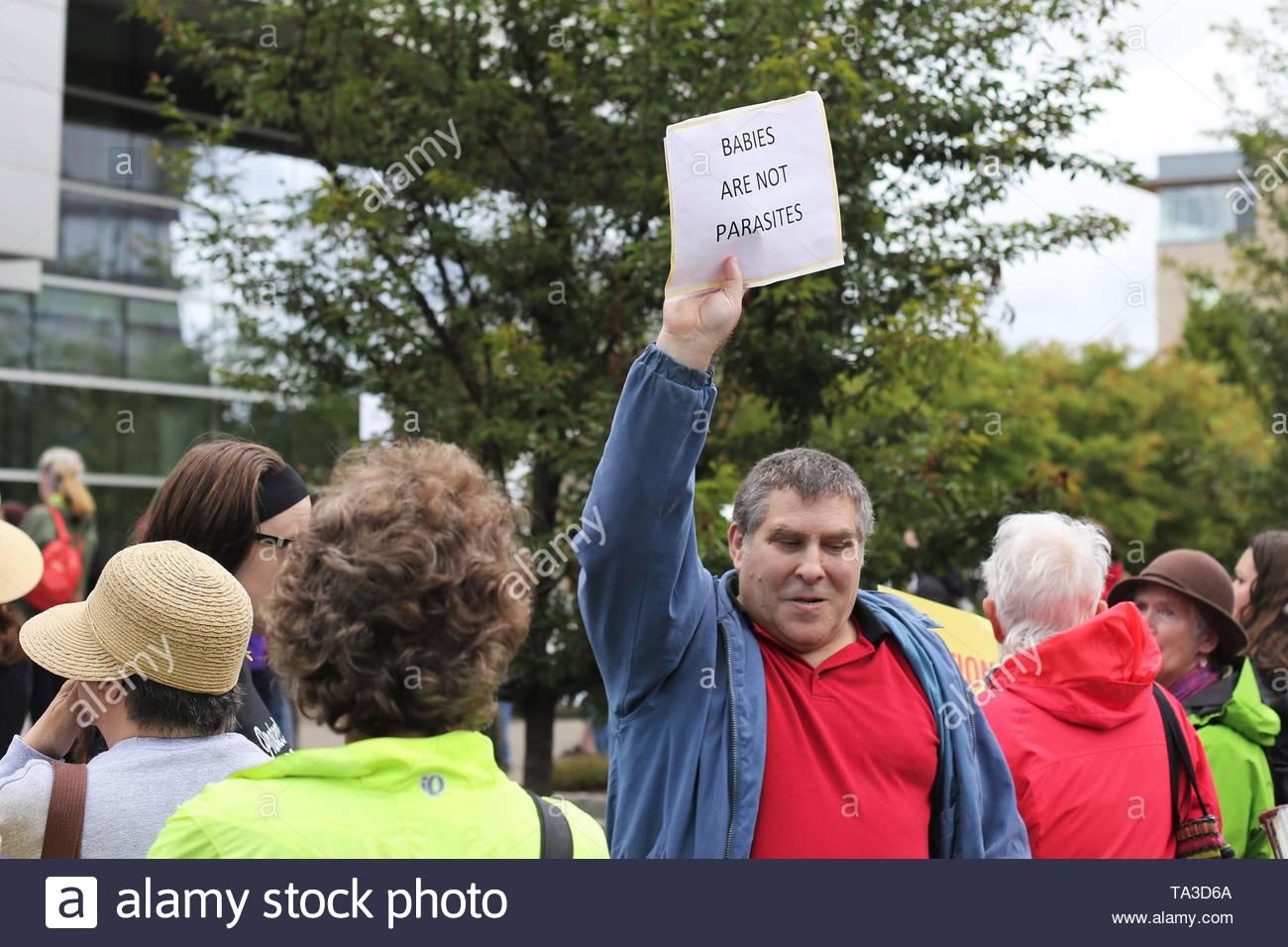 Ein männlicher Zähler Demonstrant hält ein Schild bei einem Protest gegen die Abtreibung verbietet, Eugene, Oregon, USA. Stockbild