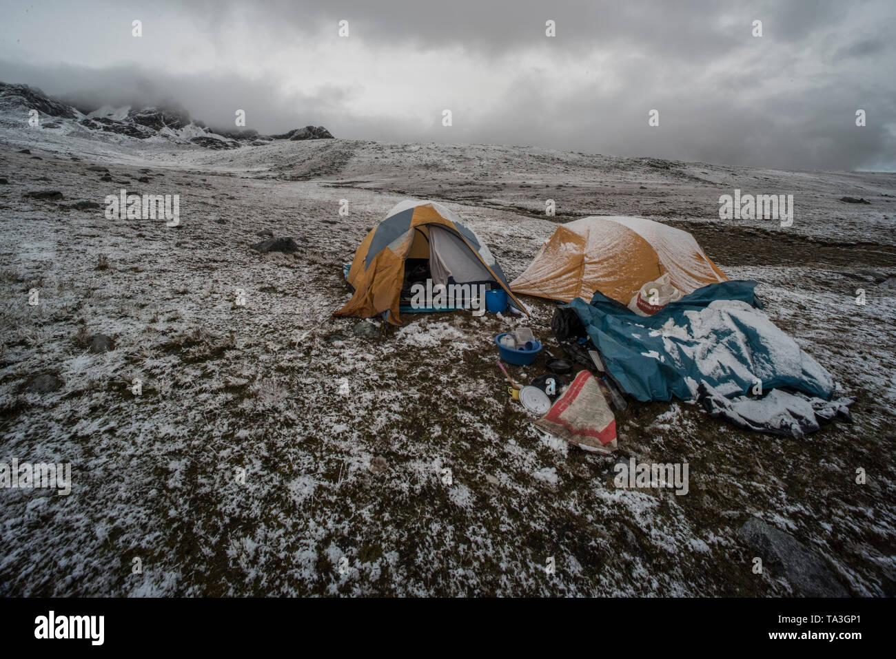 Bei kaltem Wetter Camping in der puna Grünland hoch in den Anden im Süden Perus. Stockbild