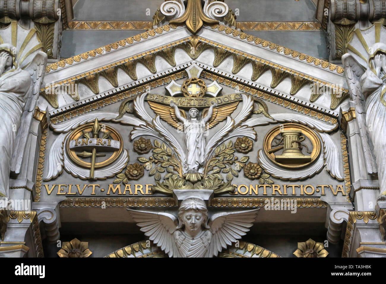 """Ange supportant une Croix. Basilika Notre-Dame de Fourvière. Lyon. """"Renovabis faciem terrae' - Engel mit Kreuz. Stockbild"""