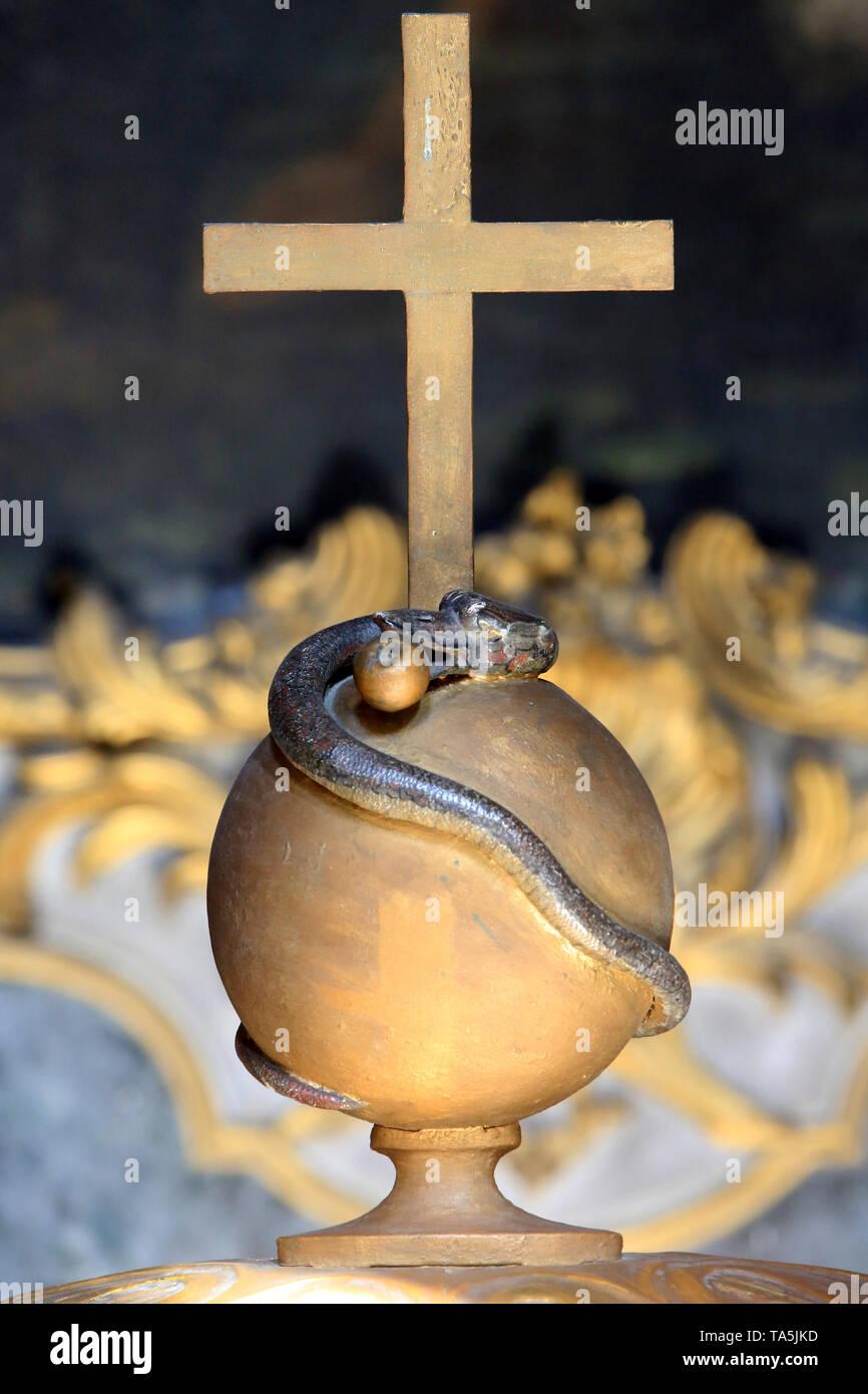 Vipère Au Pied d'une Croix. Skulptur. Eglise Saint-Bruno-les-Chartreux. Lyon. Viper in den Fuß eines Kreuzes. Skulptur. St. Bruno's Kirche. Lyon. Stockbild
