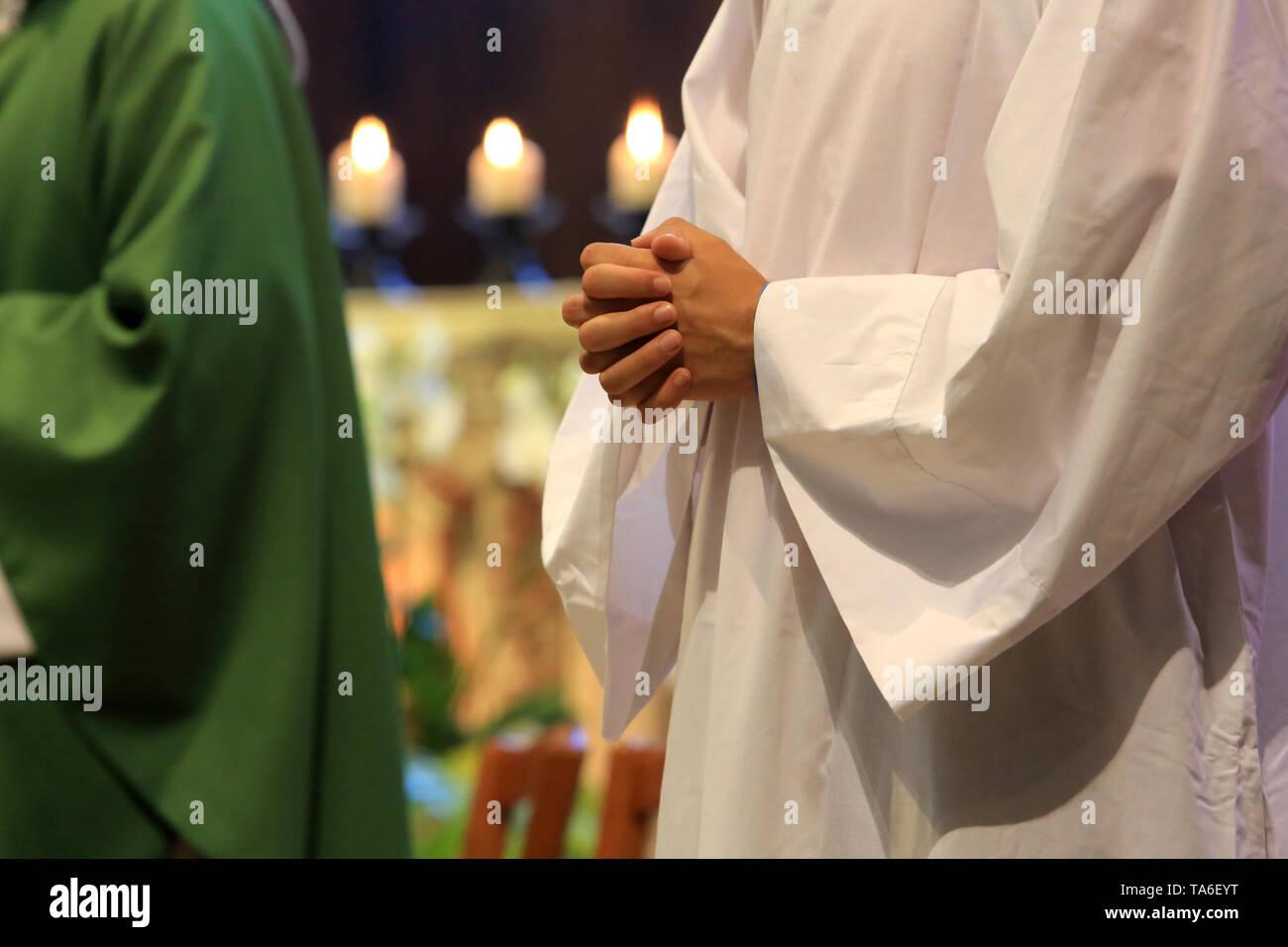 Knecht de Messe priant. Stockbild