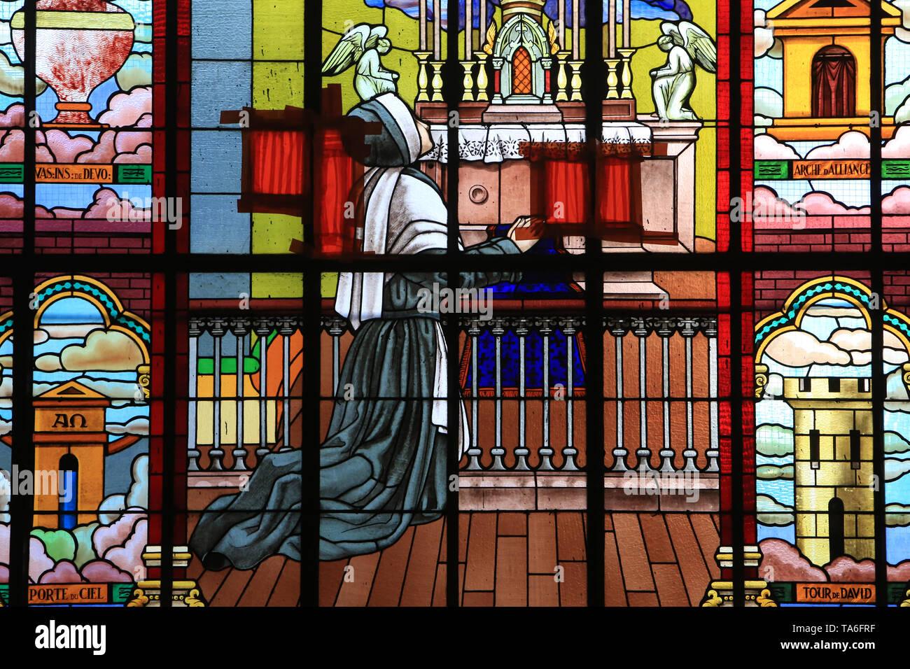 Erscheinung de la Vierge à Bernadette Soubirous. Eglise Notre-Dame de Lourdes. Chaville. Erscheinung der Jungfrau vor Bernadette Soubirous. Stockbild