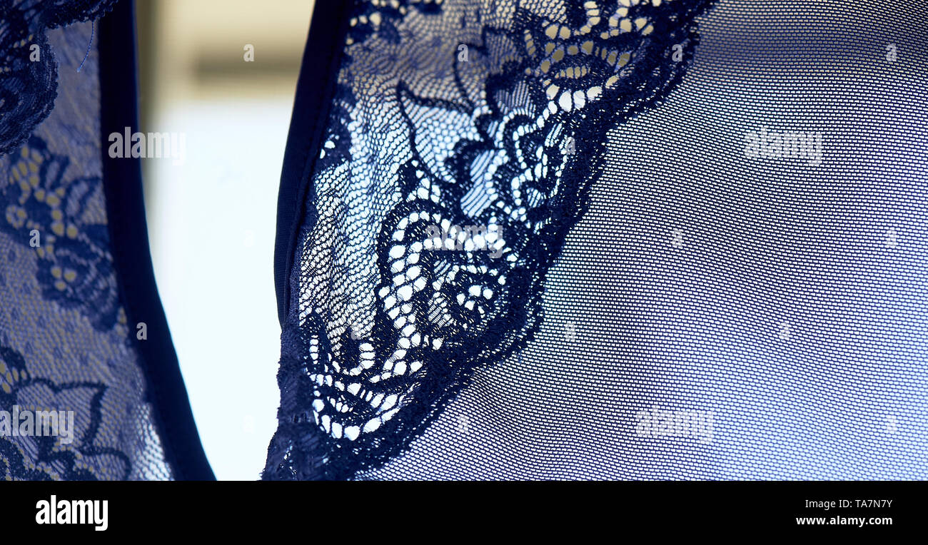Blaue Spitze auf dem Kleid. Textur Stockbild