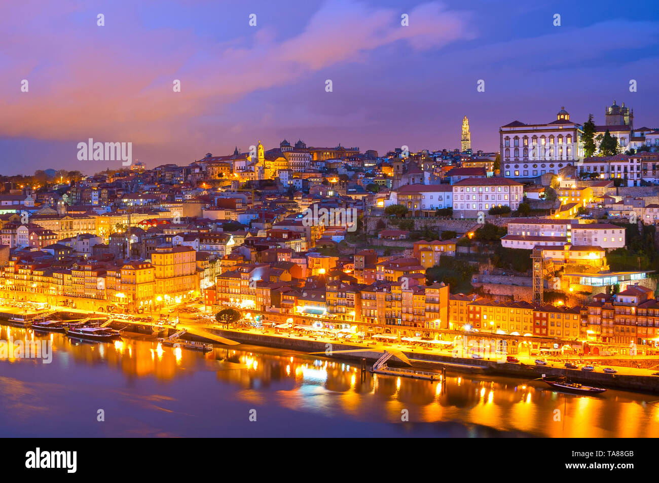 Skyline von Porto beleuchtete Altstadt bei Dämmerung, Douro, Portugal Stockbild