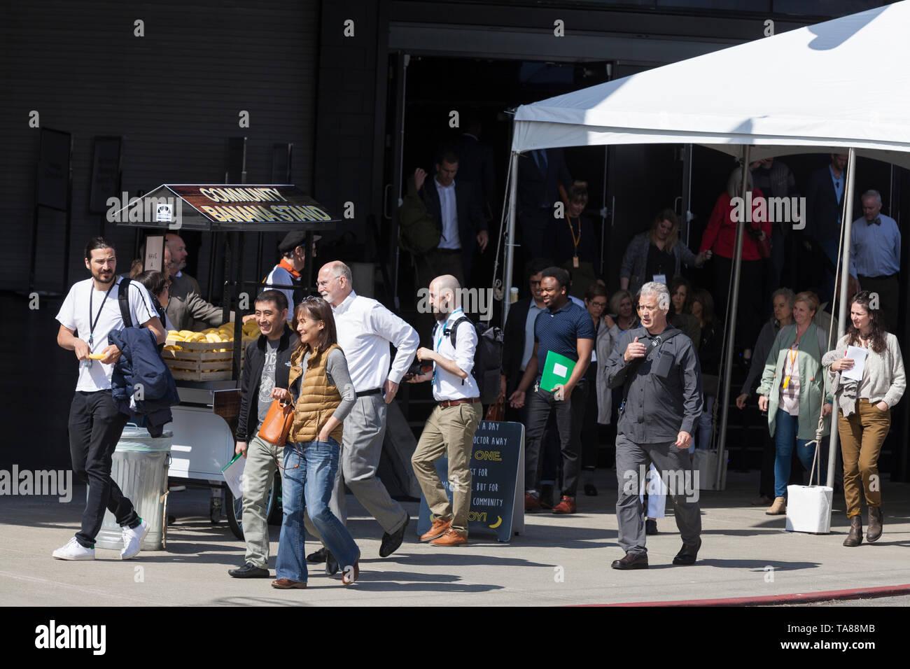 Seattle, Washington: Amazon Aktionäre halt in der Gemeinschaft Banane Stand, da Sie die Amazon 2019 Jahreshauptversammlung der Aktionäre am Fremont Studios verlassen. Teilnehmer, die von der Hauptversammlung gewählt auf einer großen Zahl von Aktionär Vorschläge zu Themen wie Gender Pay und Klimawandel Reporting sowie Rekognition, umstrittene Technologie zur Gesichtserkennung von Amazon. Stockbild