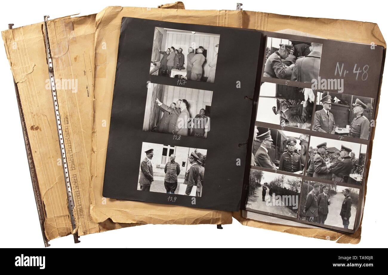 """Adolf Hitler - drei Fotoalben mit Bildern des Führers Hauptquartier """"Wolfsschlucht"""" (Wolf's Gorge) in Bruly-de-Pesche 199 Bilder von Heinrich Hoffmann in verschiedenen Größen, die zu unserem Wissen überwiegend Unbekannte und unveröffentlichte Material umfasst die Zeit von Hitlers Ankunft am Nachmittag des 6. Juni 1940 von Regniowez-Le Gros Caillou bis zu seiner Abreise am 25. Juni 1940. Am 19. Juni hatte er bereits die Verlagerung von FHQu zu """"Tannenberg"""" bestellt. Ab 25. Mai bis 6. Juni, 600 Mitglieder der Organisation Todt auf der Projek 20. Jahrhunderts gearbeitet, Editorial-Use - Nur Stockbild"""