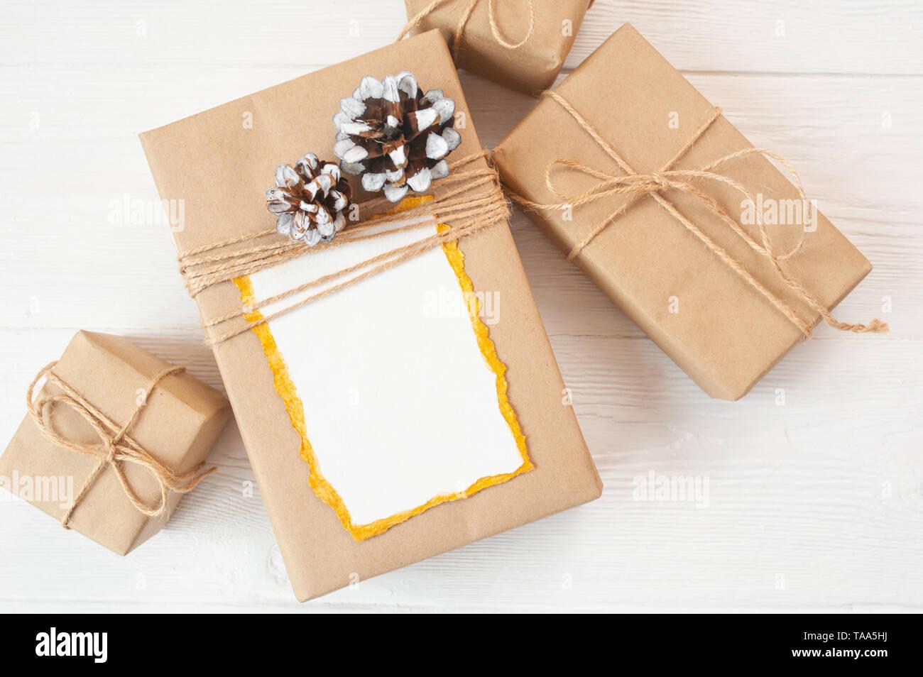 Weihnachten Hintergrund für Grußkarte Blatt Papier mit Platz für Text. Geschenkverpackung auf Holz- Hintergrund. Flach, Ansicht von oben Foto mockup. Stockbild