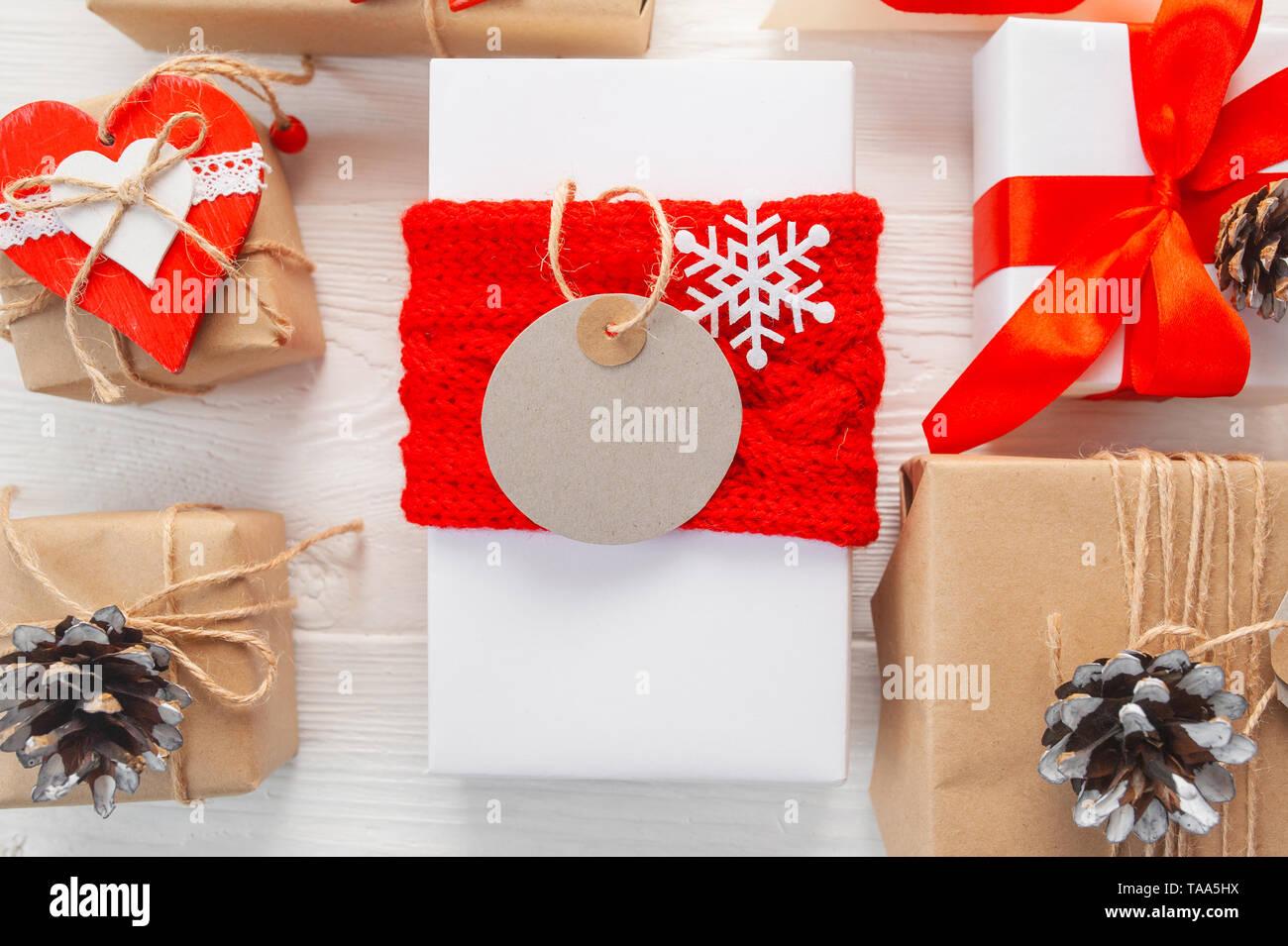 Mockup Weihnachten kraft Geschenkboxen mit Tag auf Holz- Hintergrund. Ansicht von oben für Weihnachten Grußkarte. Stockbild
