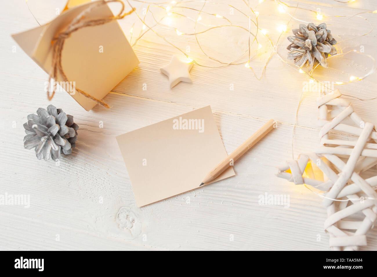 Weihnachten Hintergrund für Grußkarte Blatt Papier mit Platz für Text. x-mas Spielzeug auf Holz- Hintergrund. Flach, Ansicht von oben Foto mockup. Stockbild