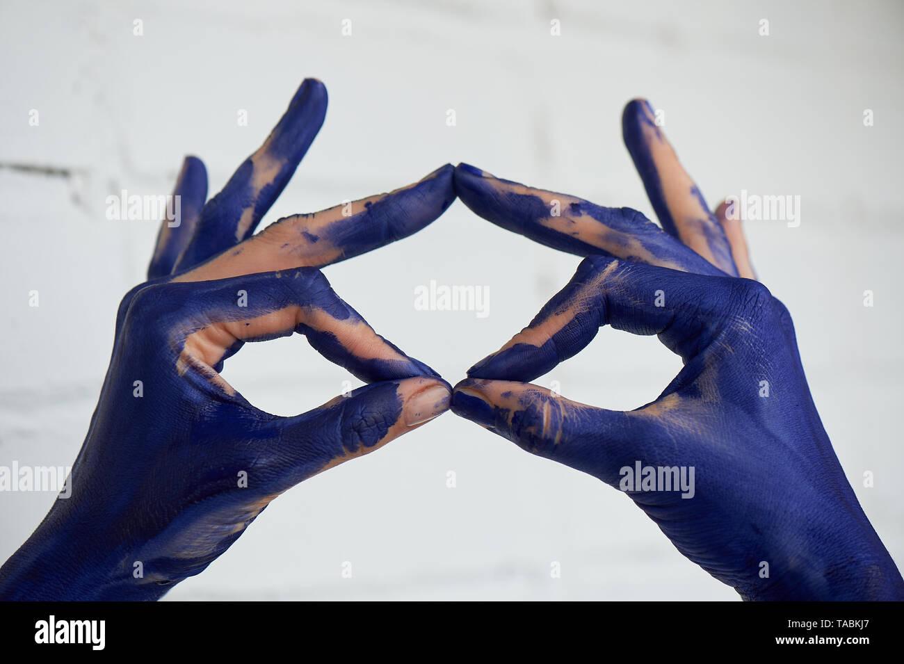 Hände in der blauen Farbe, die Hände der Künstler und kreative Person. Yoga für die Hände. Stockbild
