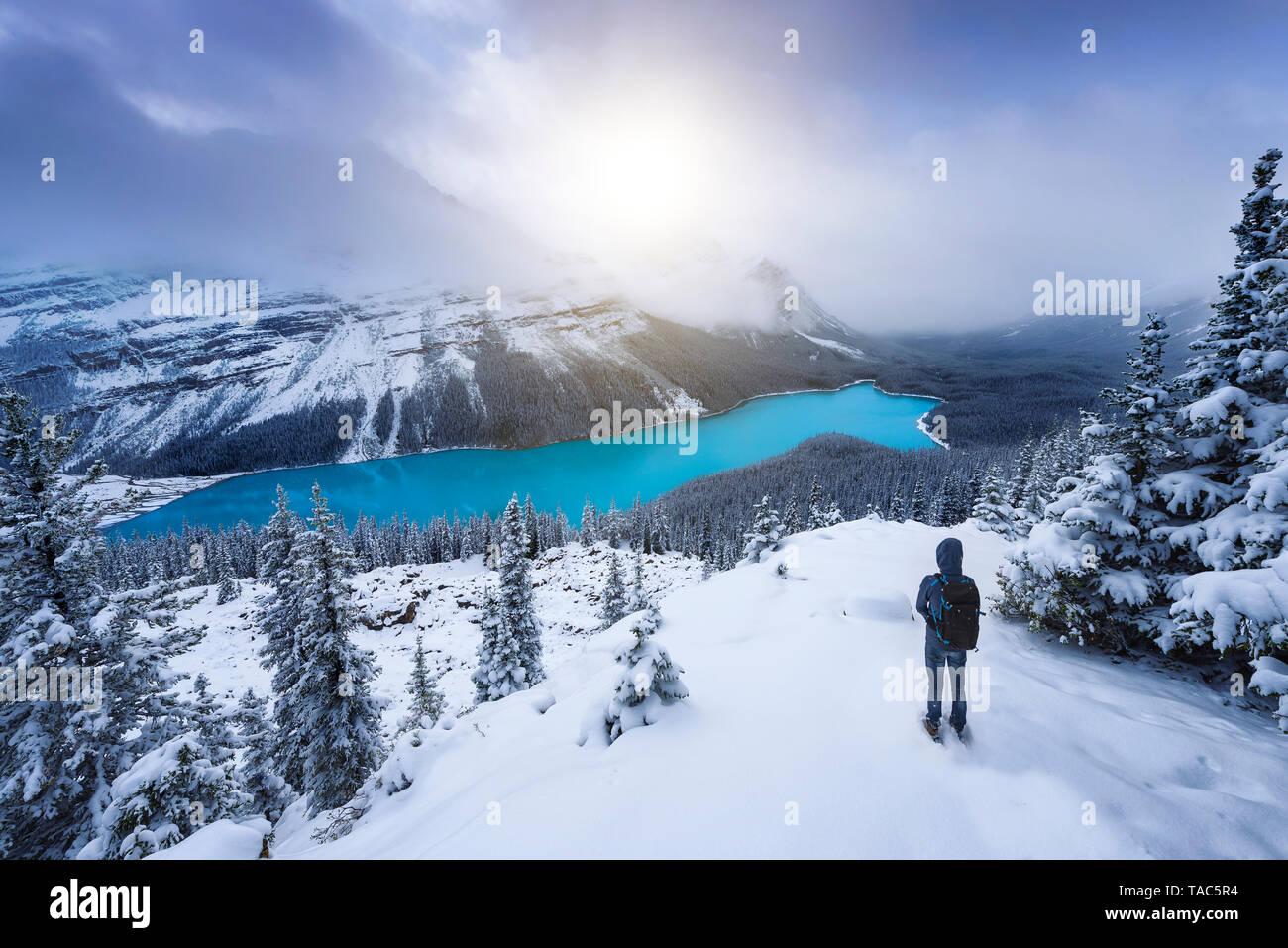 Kanada, Alberta, Banff National Park, Peyto Lake, Mann genießen Aussicht Stockfoto