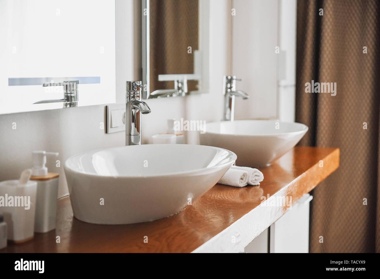 Moderne Badezimmer Einrichtung, tolles Design. Modernes Bad ...