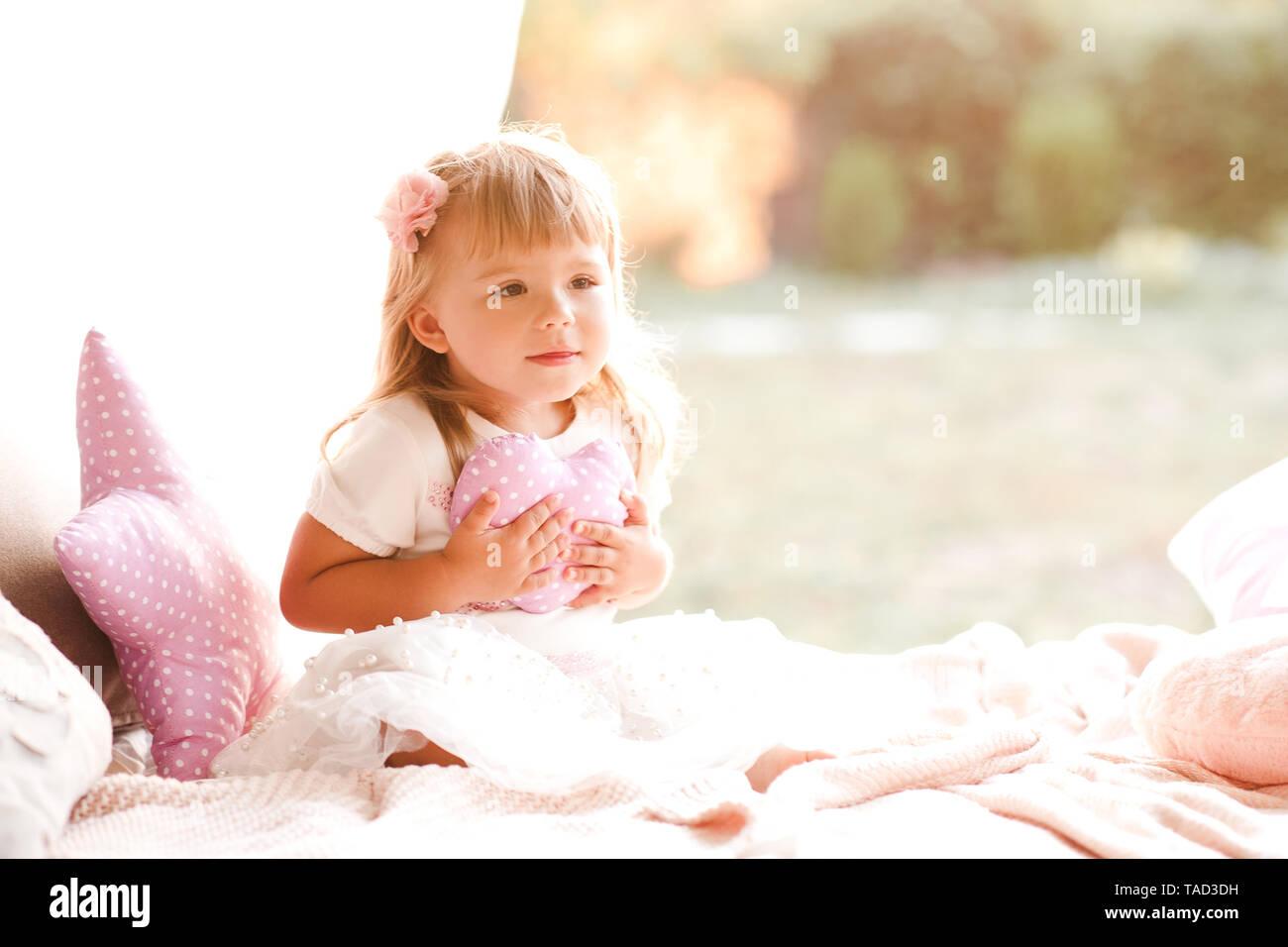 Baby Girl Holding Herz Kissen Im Bett Niedlich Kindheit