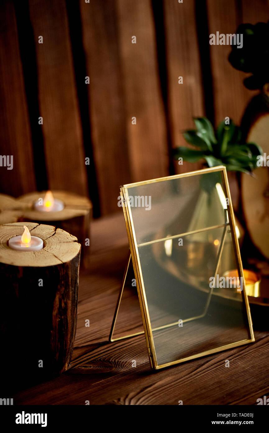Gold frame, LED-Kerzen in kleine Stümpfe. Gemütliche Einrichtung. Stockbild