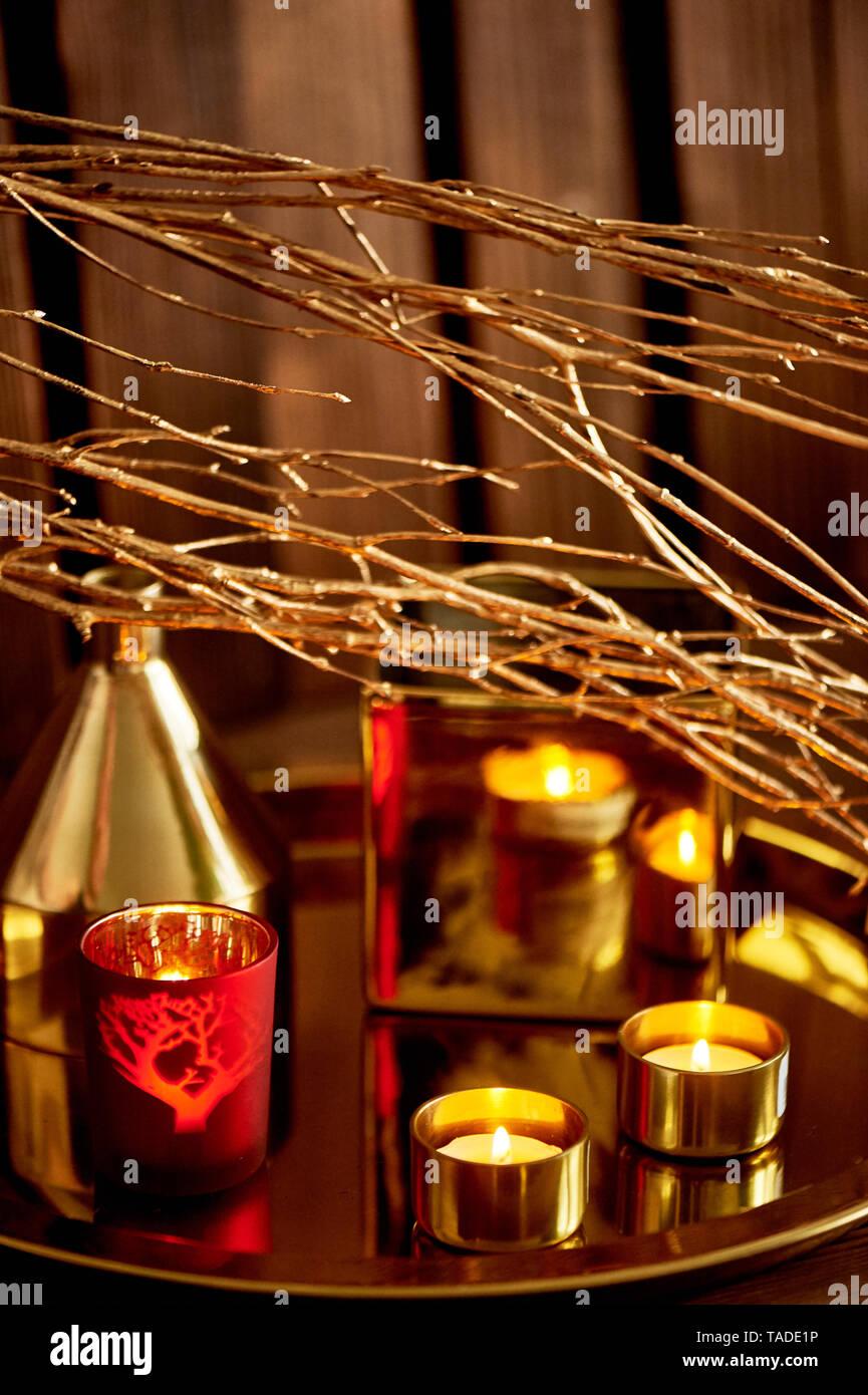Gemütliche Einrichtung. Gold und Rot. Brennende Kerzen, goldenen Gefäße. Stockbild