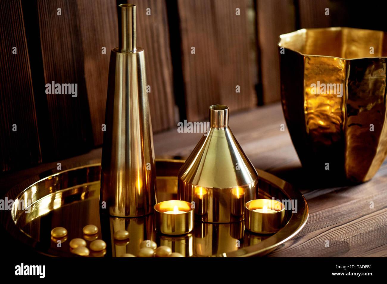 Gemütliche Einrichtung. Gold, brennende Kerzen, goldene Gefäße,. Stockbild