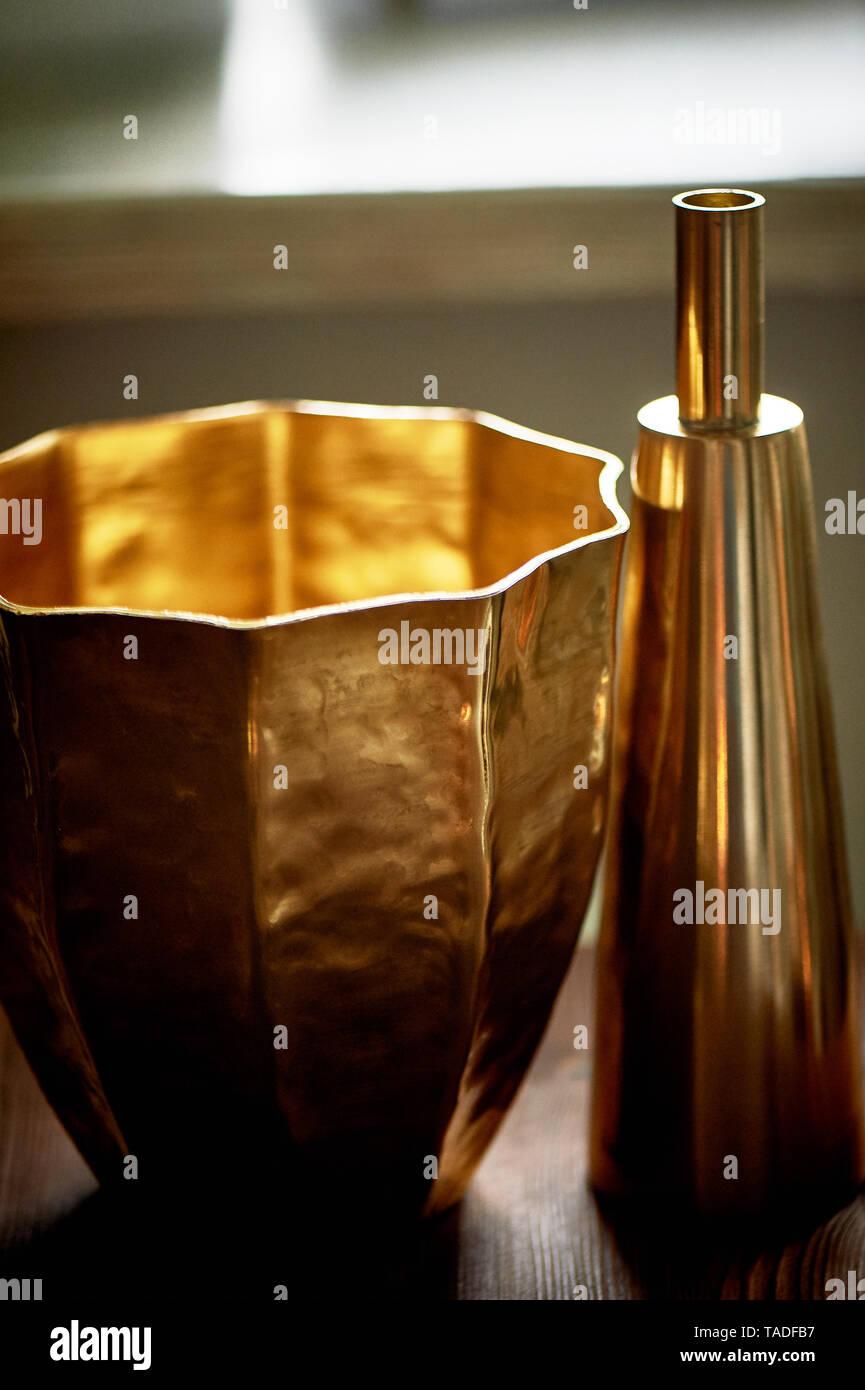 Gemütliche Einrichtung. Gold, Gold Schiffe, Vase. Stockbild