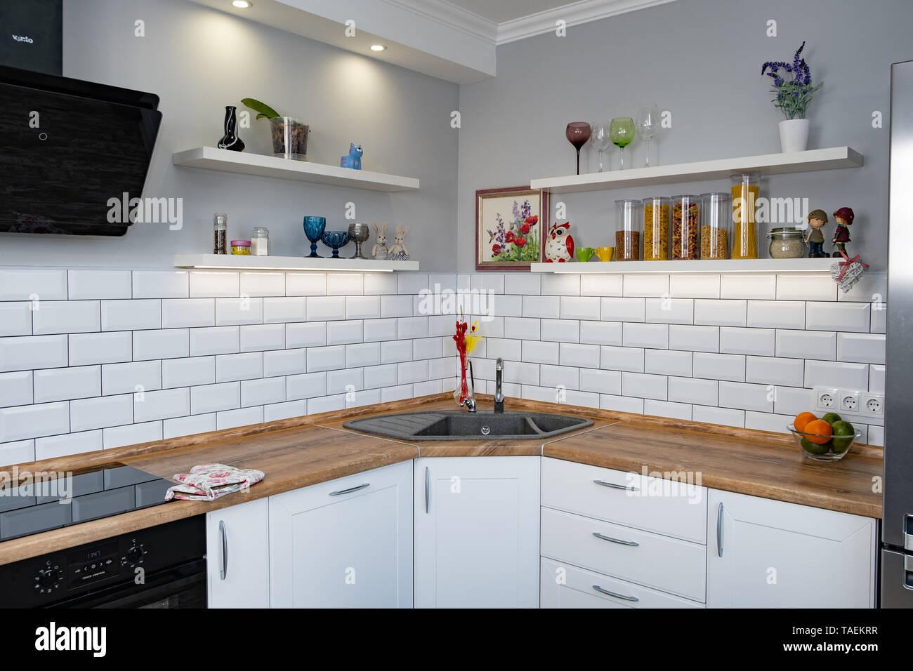 Küche Regale mit verschiedenen Zutaten auf weißem ...