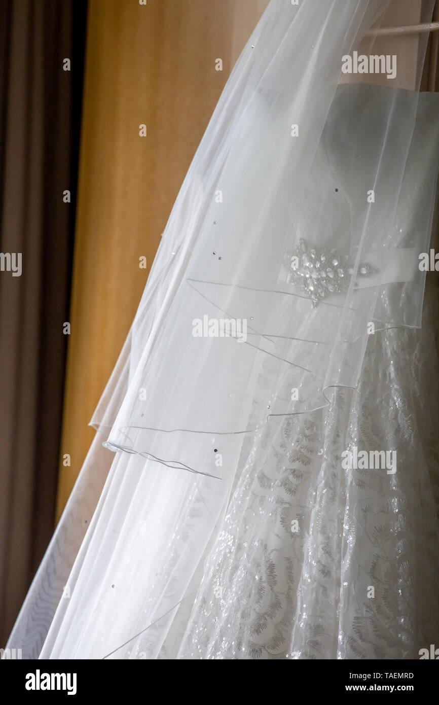 White Wedding Dress Hängend An Holz Schrank Weiße Braut