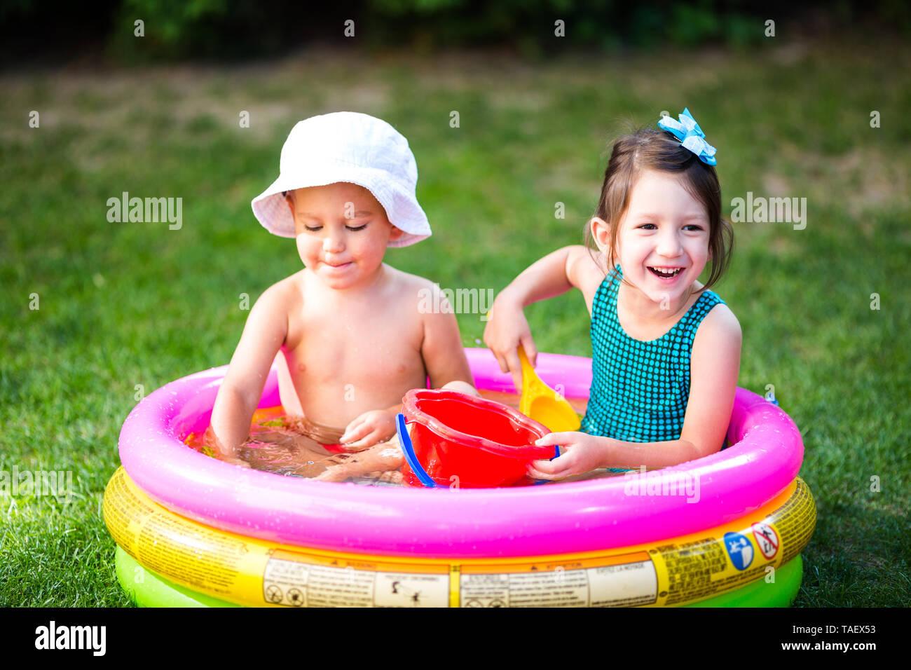Kindheit Sommer Spiele mit Wasser Pool. Kaukasische Bruder