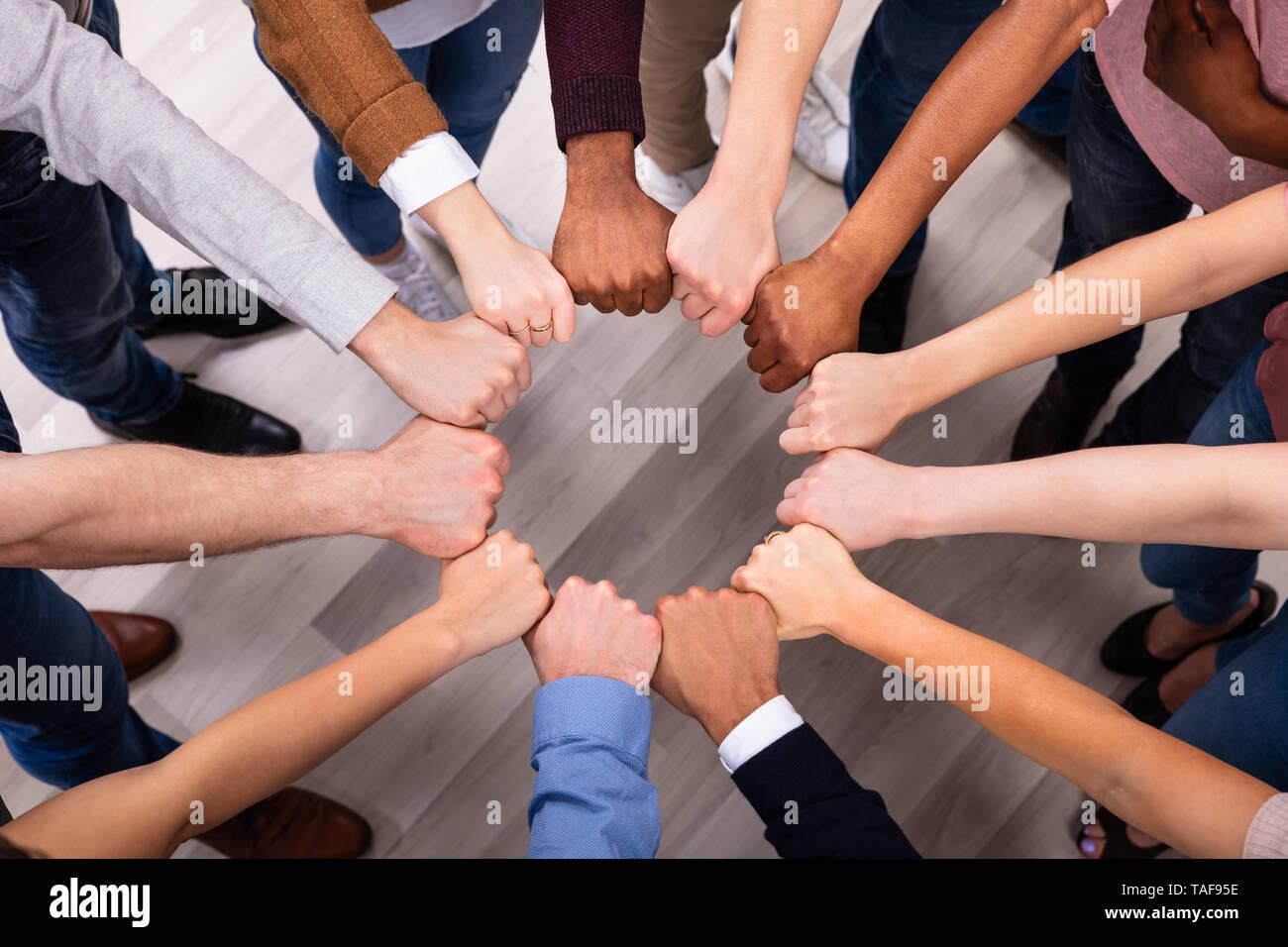Eine Ansicht der multi-ethnischen Menschen Hand in seine Faust zu bilden Kreis Stockbild