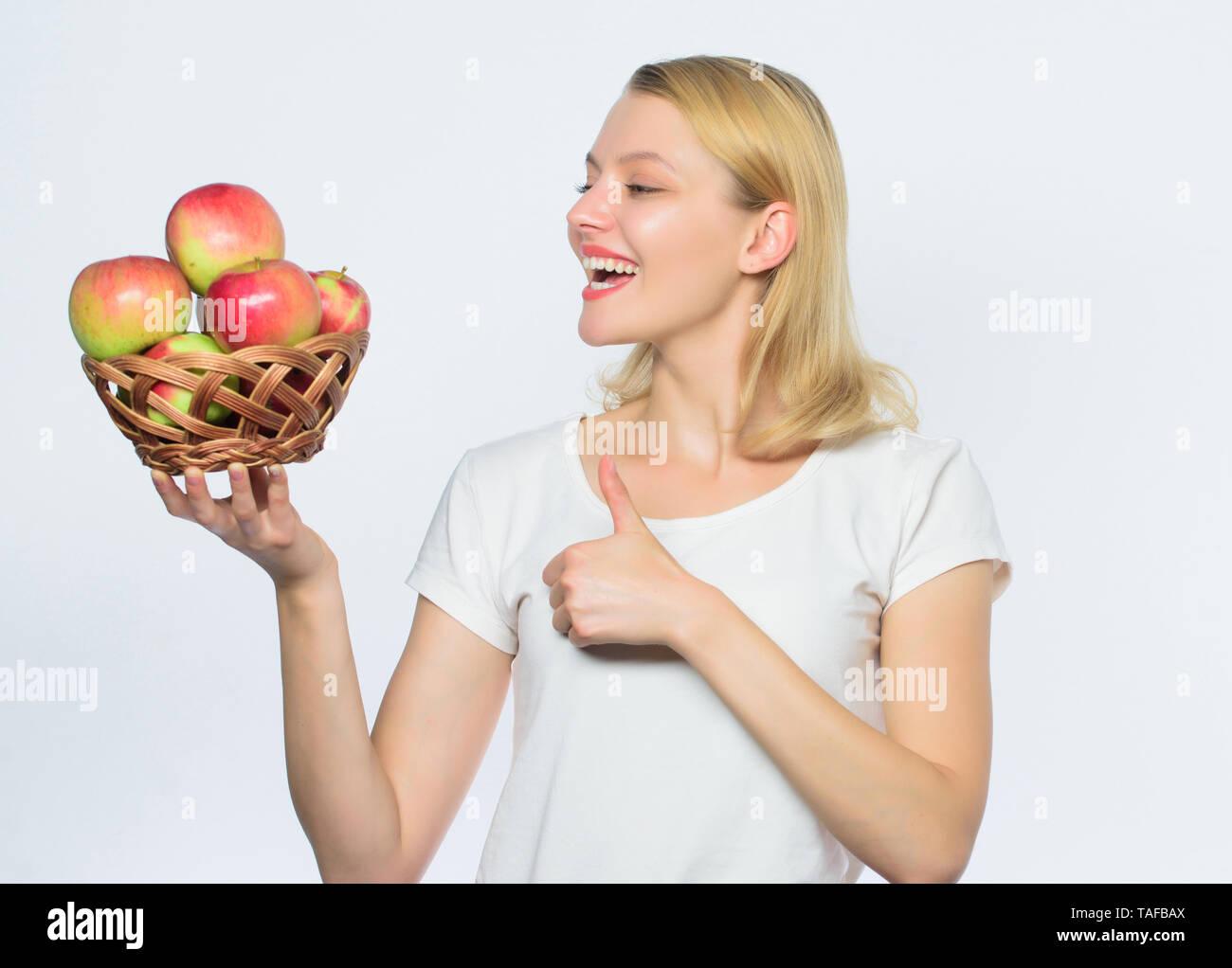 Mit der Idee zu kochen. Mädchen leben gesundes Leben. Apple Bio-obst. Essen Sie gesund. Gute Apple Pies beträchtlicher Teil der häuslichen Glück. Frau, die Äpfel. Backen Apfelkuchen. Leckere Rezepte. Stockbild