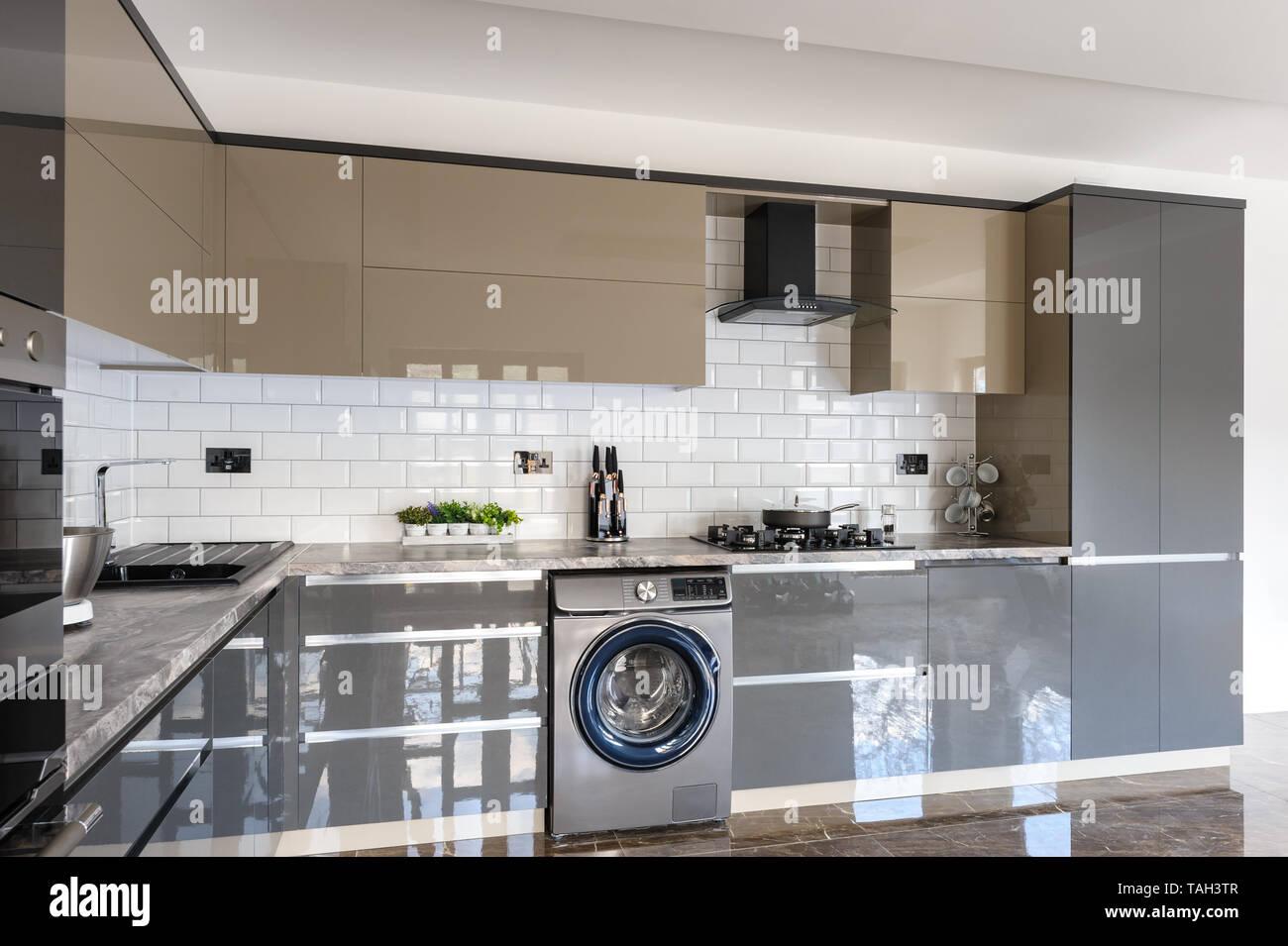 Geraumige Luxuriose Und Moderne Grau Beige Und Weiss Kuche Mit
