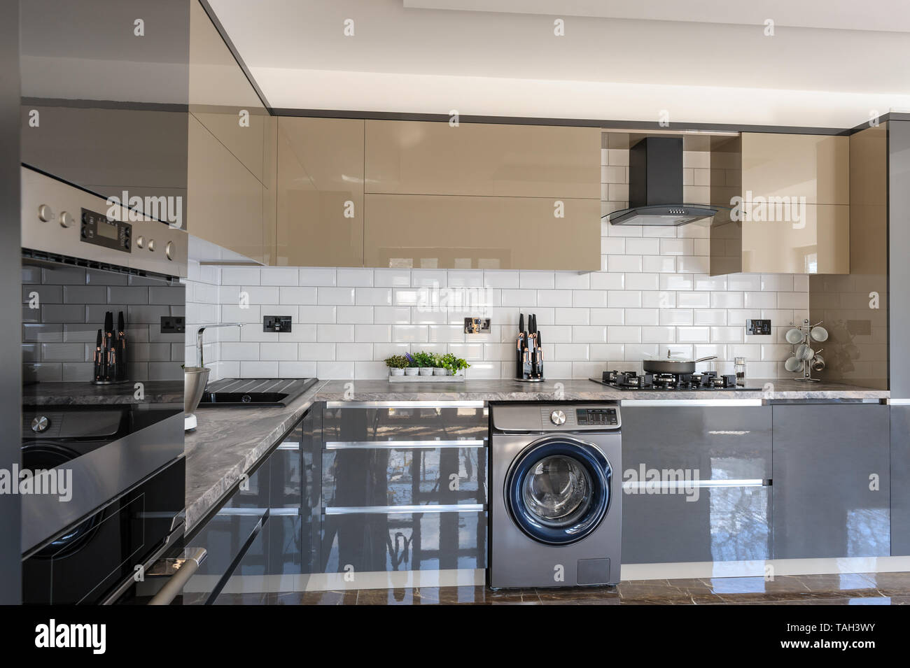 Geräumige, luxuriöse und moderne Grau, Beige und Weiß Küche ...