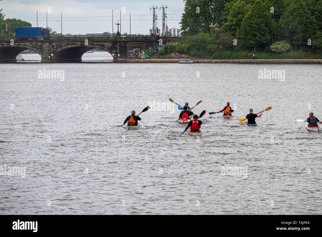 Eine Gruppe von kanuten bricht zu einer Reise auf dem Wasser Stockfoto