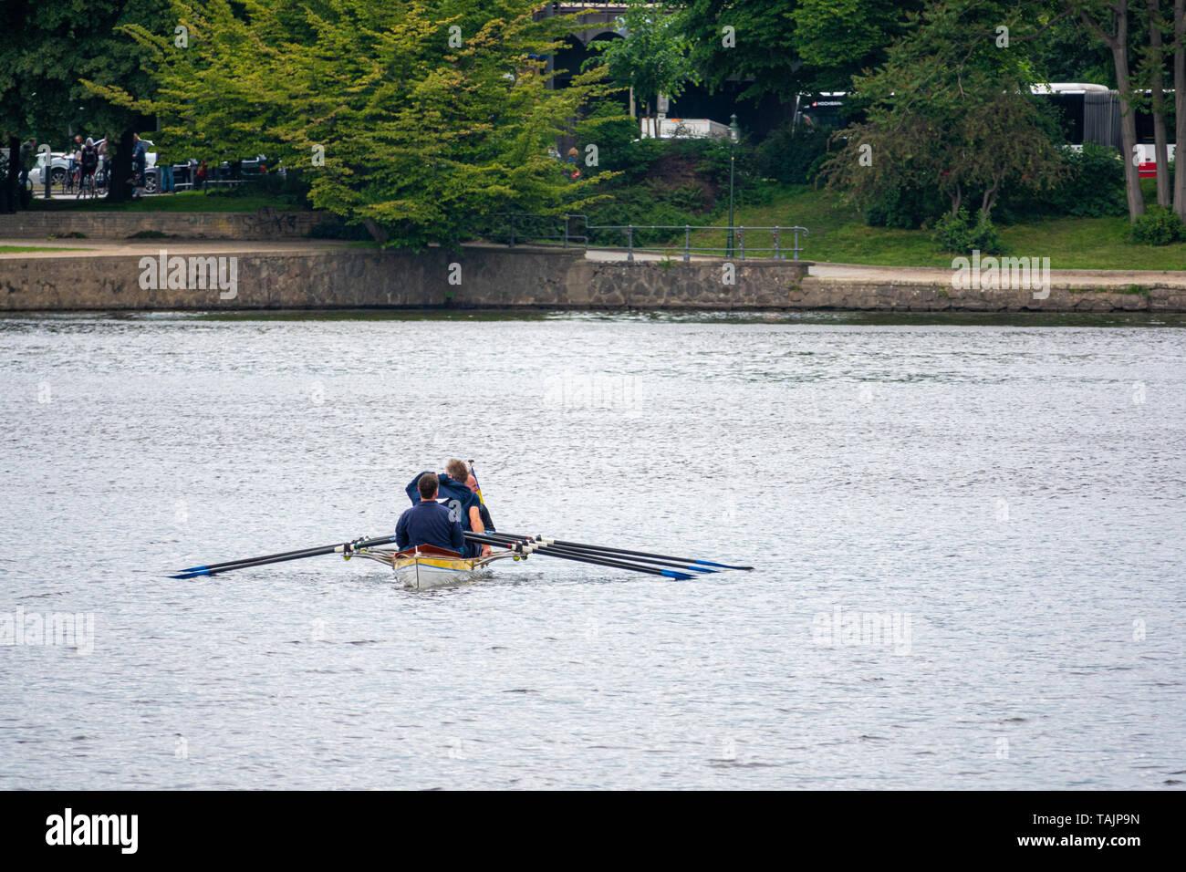Ruderer sitzen in einem Boot und für den Start des Rennens warten. Stockfoto