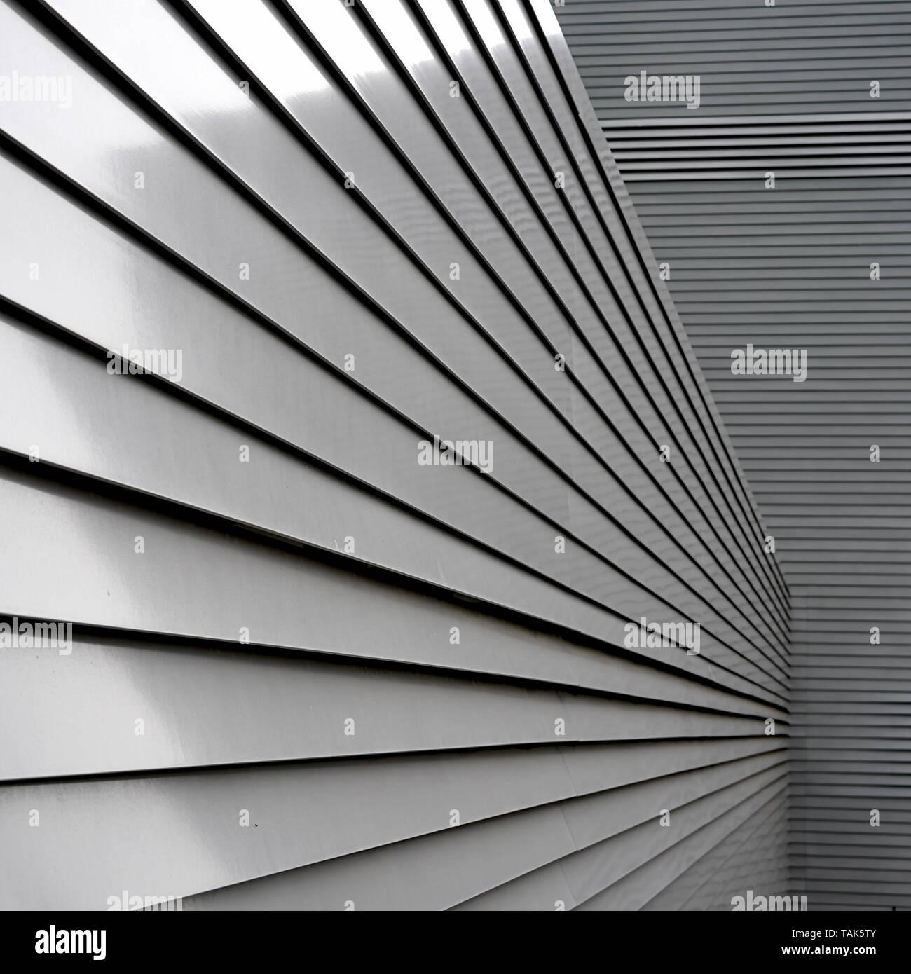 Fassade eines Gebäudes aus Aluminium Stockbild