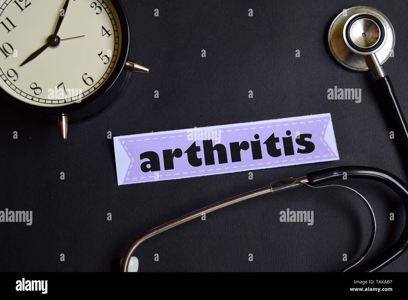 Arthritis auf dem Papier mit Healthcare Konzept Inspiration. Wecker, Schwarz Stethoskop. Stockbild