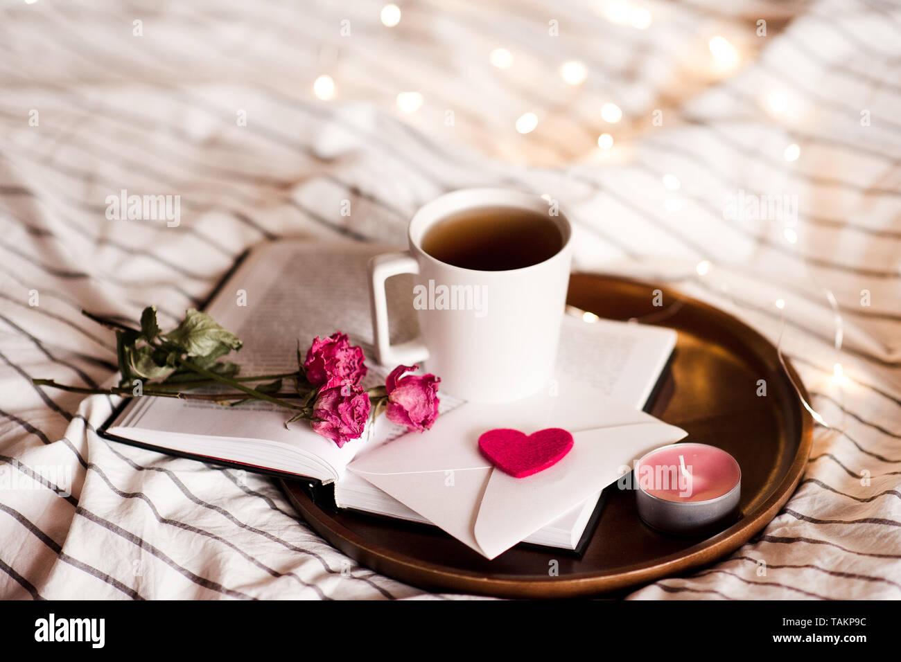 Liebe Briefe Mit Rosen Und Tasse Kaffee Auf Offenes Buch Im