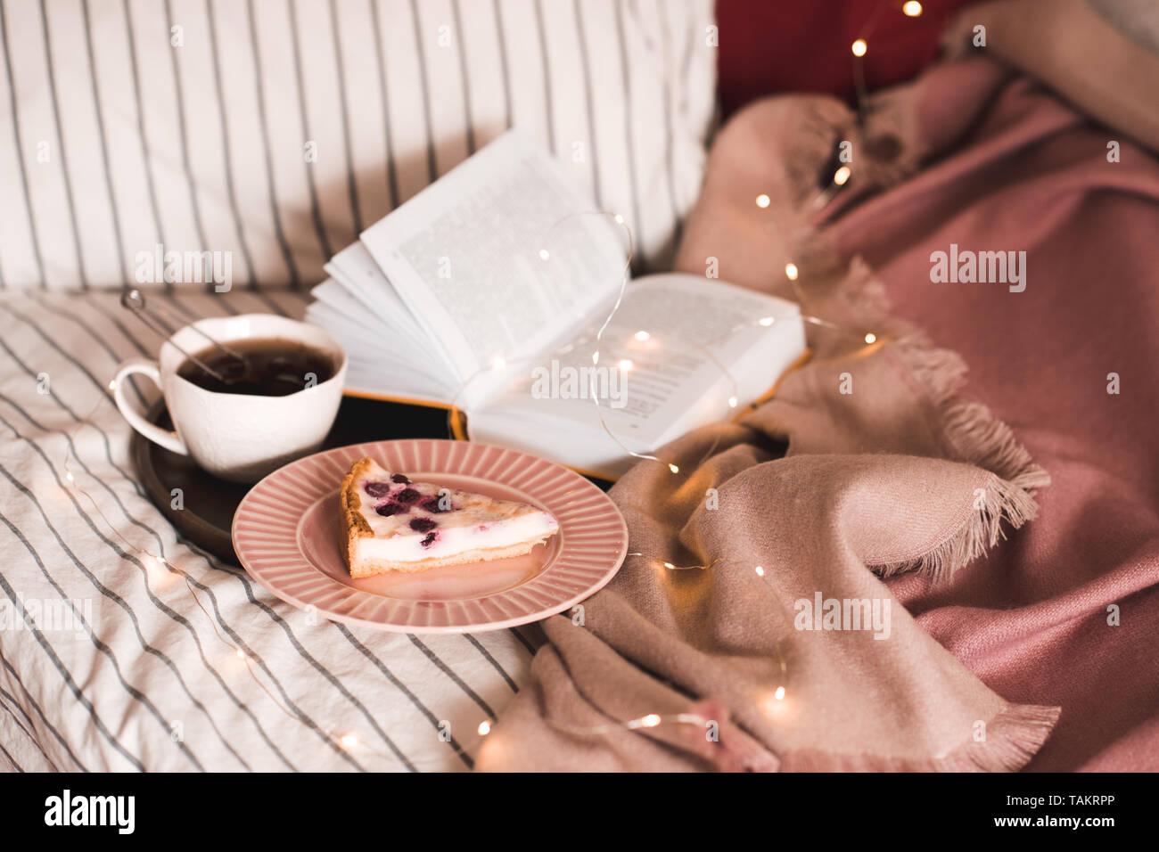 Tasse Kaffee Mit Kuchen Und Offenes Buch Im Bett Guten