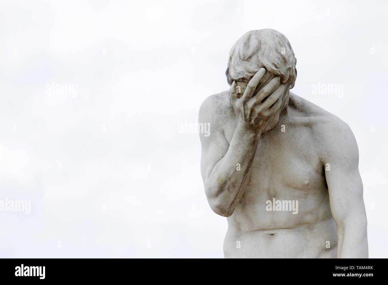 Facepalm - beschämt, traurig, deprimiert. Statue mit dem Kopf in der Hand Stockbild