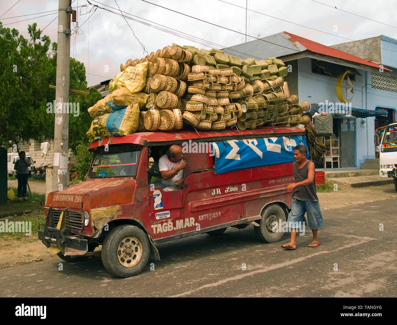 Überlastet traditionelle Jeep (Jeepney), auf Bohol Island, Central Visayas, Philippinen Stockbild