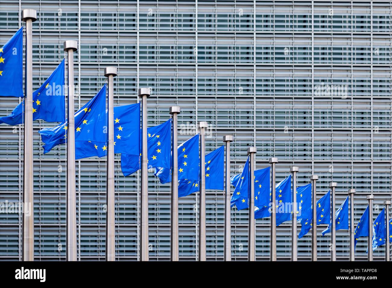 26. Mai 2019, Belgien, Brüssel: Europäische Fahnen flattern im Wind vor dem Berlaymont-Gebäude, dem Sitz der Europäischen Kommission. Ab dem 23. Mai bis 26. Mai, die Bürgerinnen und Bürger der 28 EU-Mitgliedstaaten wird ein neues Parlament gewählt. Foto: Marcel Kusch/dpa Stockfoto