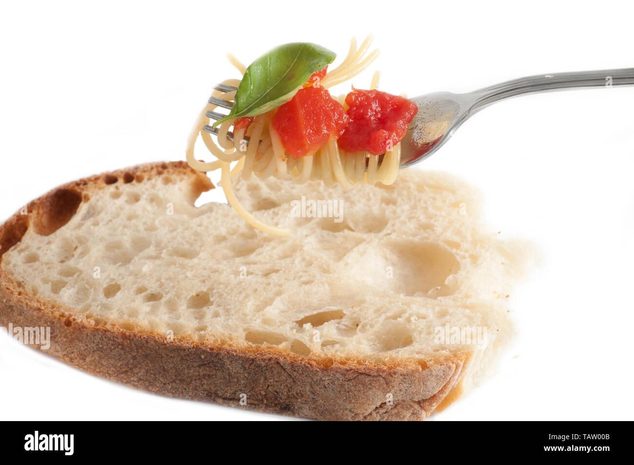 Spaghetti mit frischen Tomaten auf Gabel gerollt. Traditionelle italienische Küche Stockfoto
