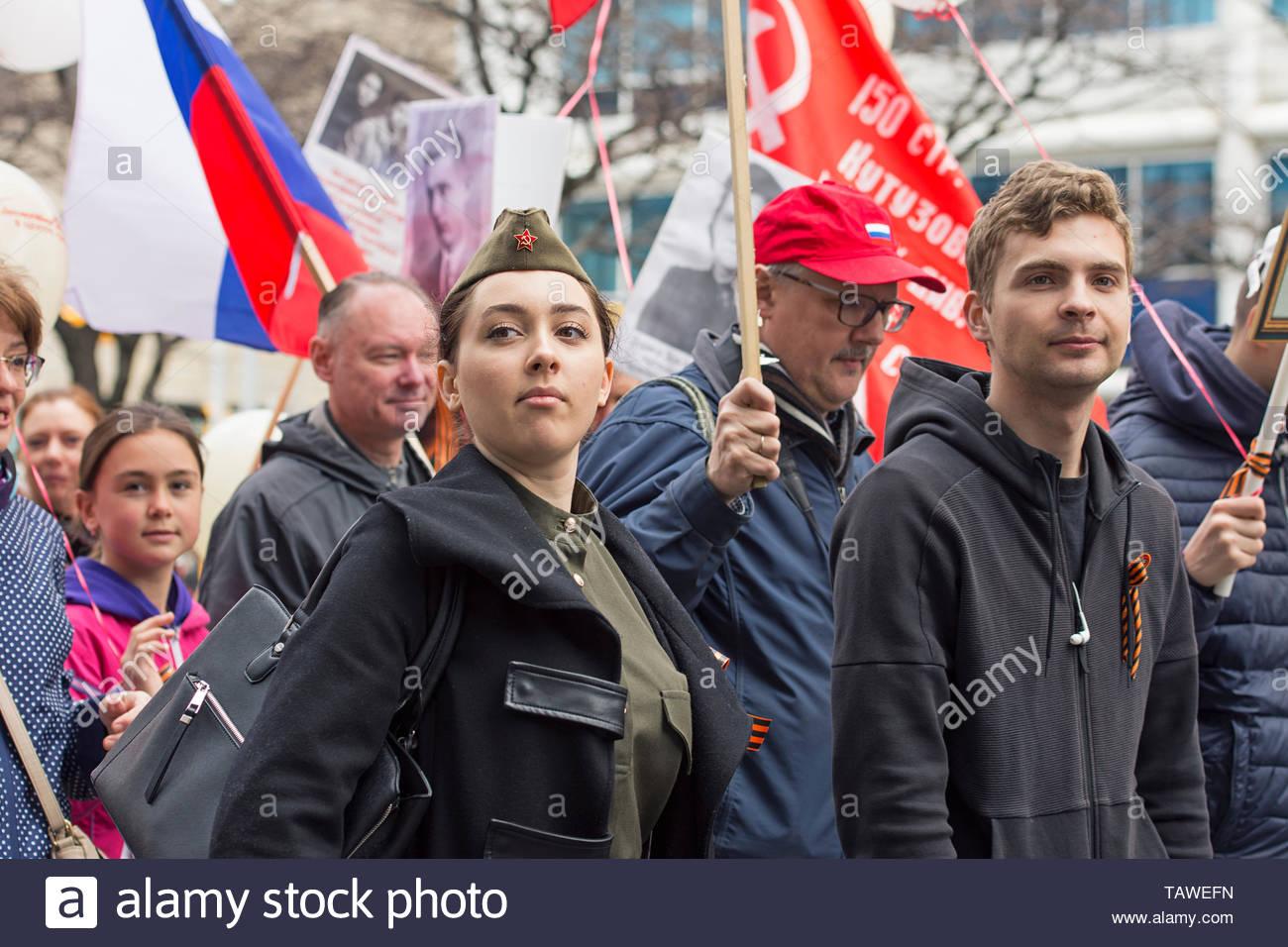 Menschen mit Fahnen und Portraits von Verwandten, die im Zweiten Weltkrieg gekämpft in der Unsterblichen Regiment März, Toronto, Kanada, 4. Mai 2019 teilnehmen Stockbild