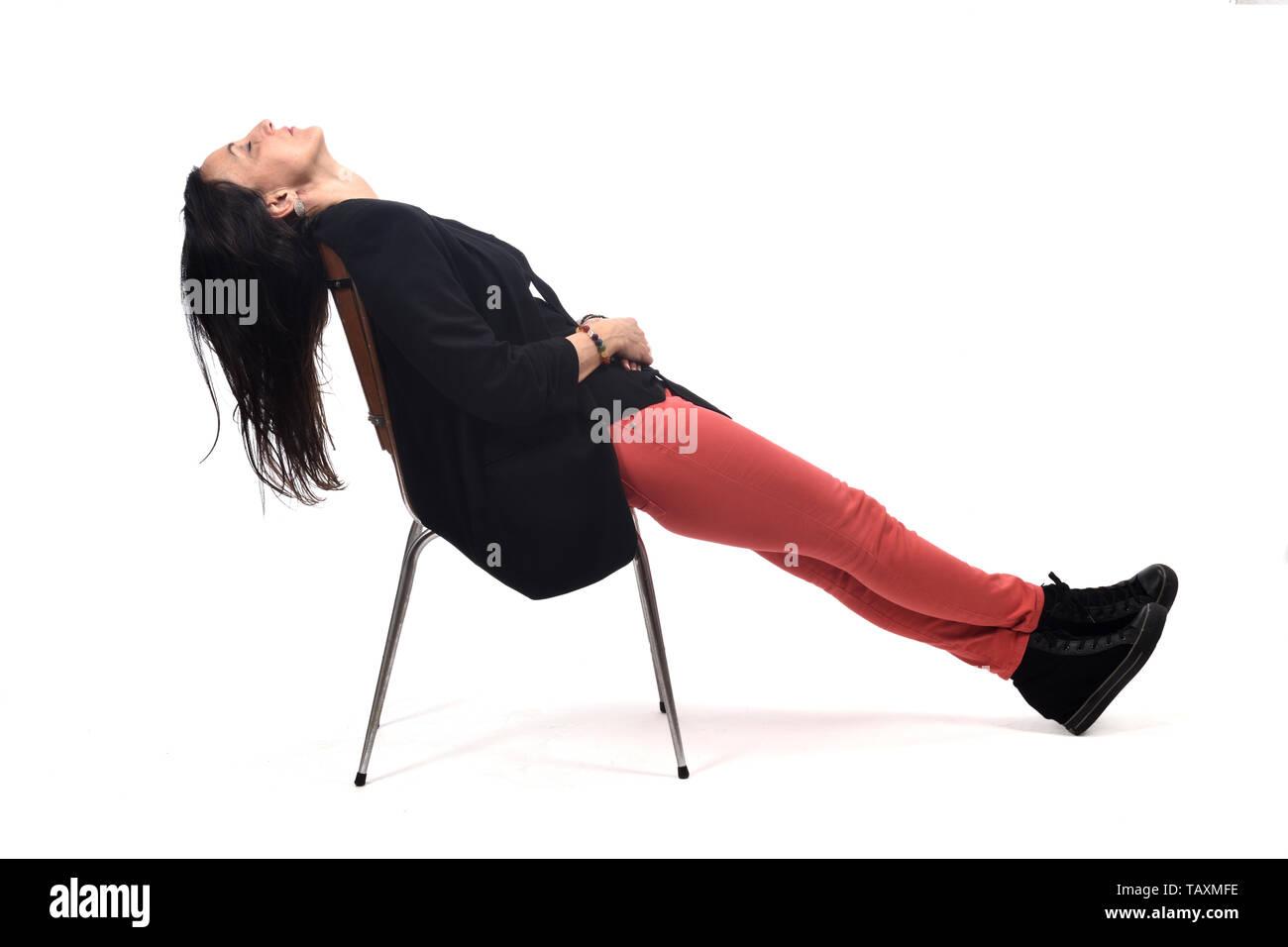 Volle Porträt Einer Frau Liegen Auf Einem Stuhl Auf Weiß Stockfoto
