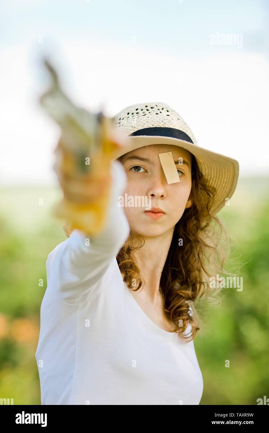 Angesichts der mit dem Ziel, Sport weiblich Shooter im Detail, Konzentration vor dem Schuß, Outdoor Training Stockbild
