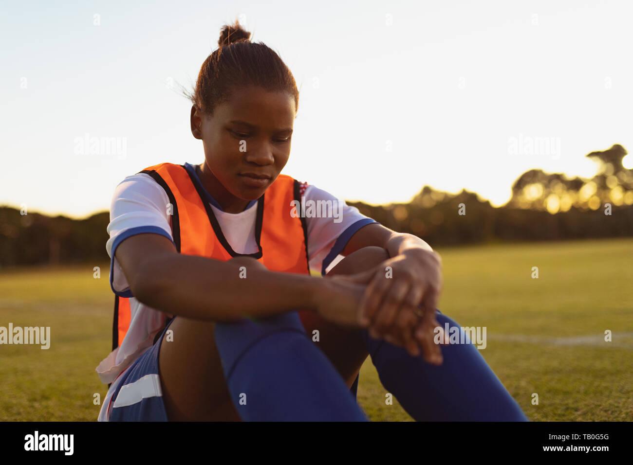 Fußball-Spieler entspannen auf Gras Stockfoto