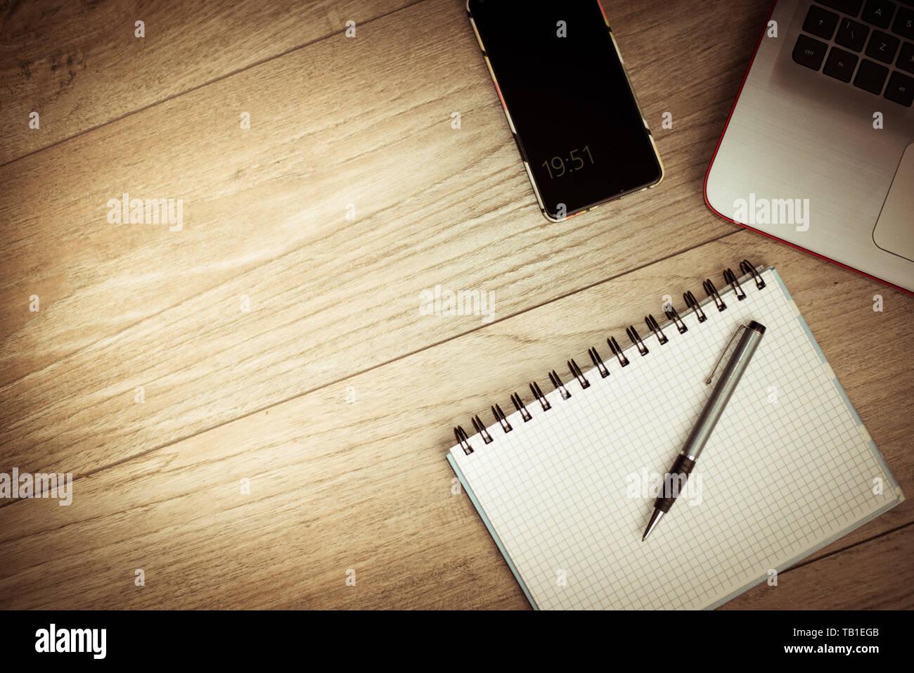 Buro Schreibtisch Hintergrund Konzept Business Computer Leeren Buro Tisch Mit Desktop Laptop Handy Und Pad Stockfotografie Alamy