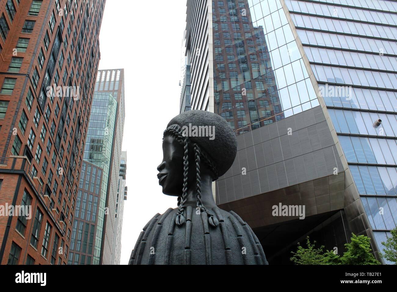 """New York, Vereinigte Staaten. 29 Mai, 2019. Foto der monumentale Skulptur """"Brick House"""", von uns Künstler Simone Leigh, in der High Line, die lange Park, der von der 14. Straße läuft bei 30 bis Ende installiert, in New York, USA, 29. Mai 2019. Eine große bronzene Büste von fünf Meter hohen Kronen in dieser Woche den zehnten Avenue in New York in der High Line, ein Gesicht einer afrikanischen Frau, mit der die renommierten Bildhauers Simone Leigh Hommage an die """"schwarze Schönheit zahlt"""" in der neuen Nachbarschaft Hudson Yards des Big Apple. Credit: Alvaro Celorio/EFE/Alamy leben Nachrichten Stockfoto"""