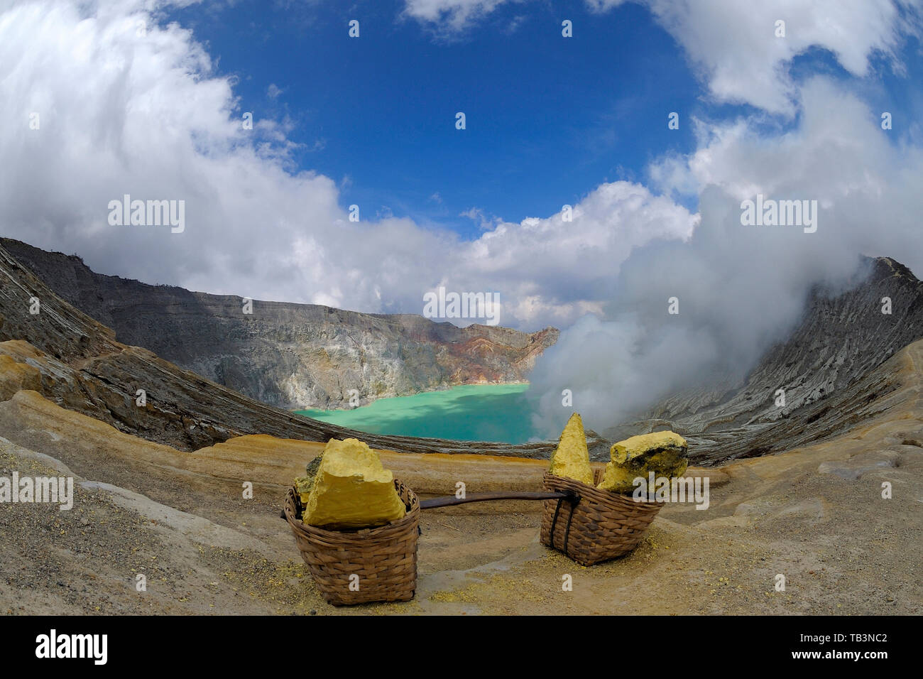 Schwefel Felsen in Körbe ausgehende Schwefel Dampf bei volcany Komplex, Crater Lake Kawah, Kawah Ijen, Besuki, Ijen, Java, Indonesien Stockbild