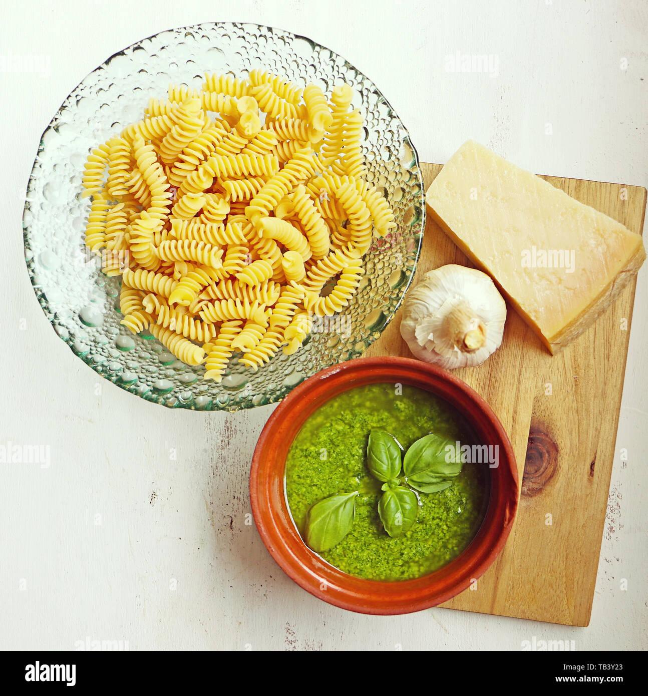Mediterrane Küche: Pasta Nudeln, Basilikum Pesto Genovese Sauce, Knoblauch und Parmesan Stockfoto