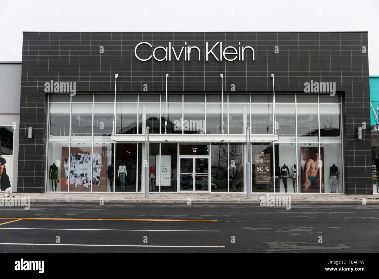 Ein logo Zeichen außerhalb eines Calvin Klein Store in Vaudreuil - Dorion, Quebec, Kanada, am 21. April 2019. Stockbild