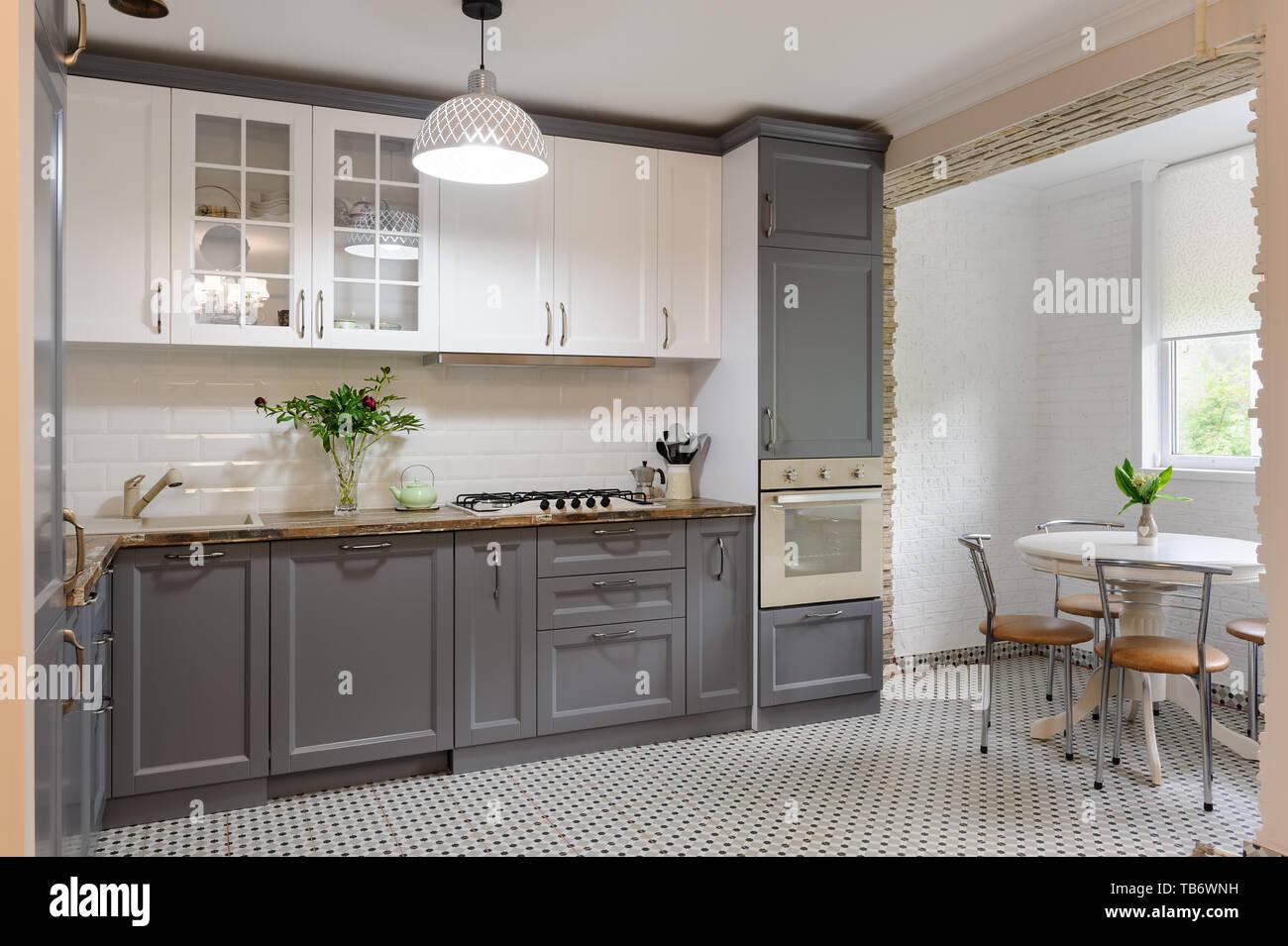 Moderne graue und weiße Küche aus Holz innen Stockfoto, Bild ...