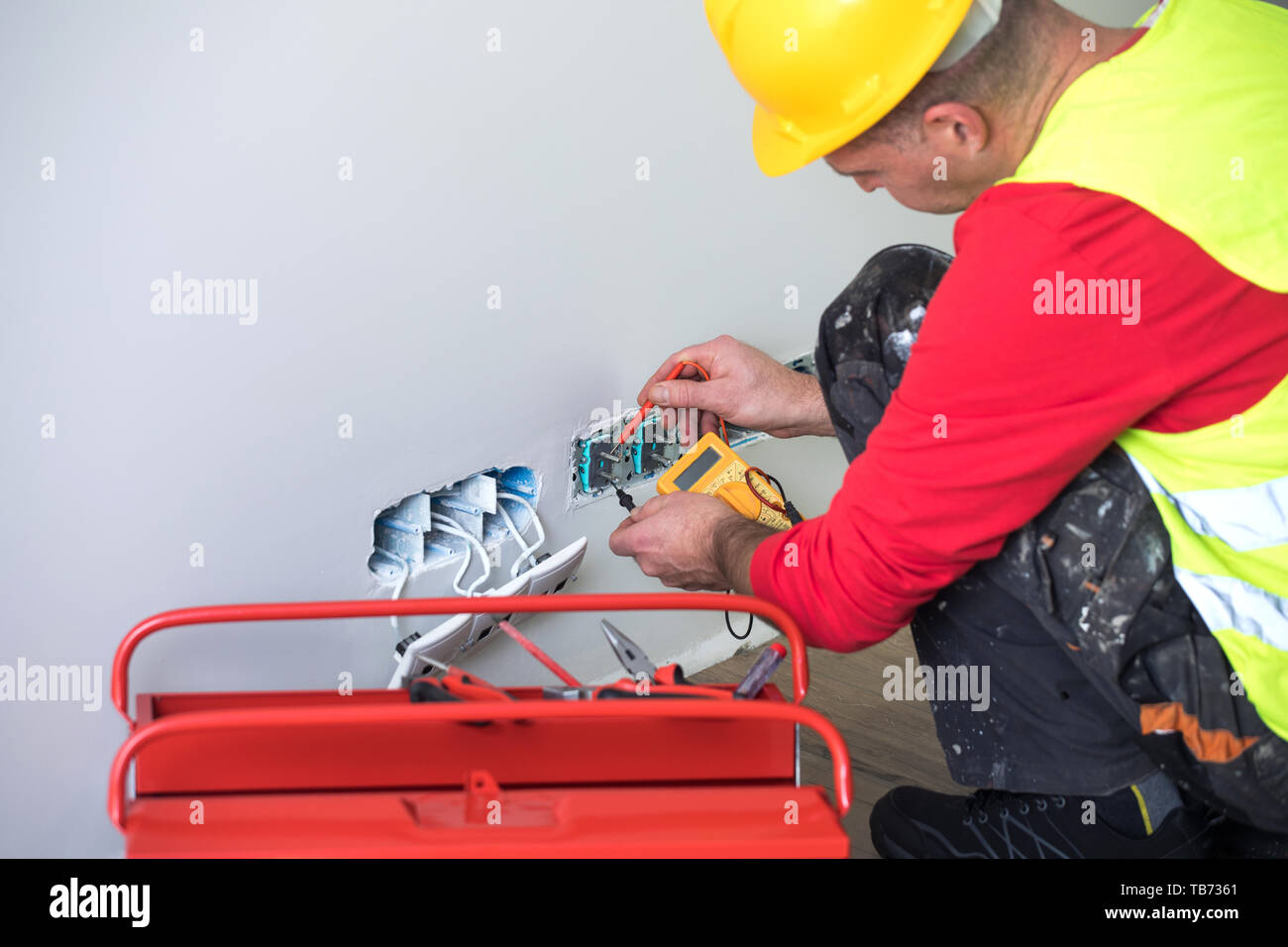 Hände von einem Elektriker, Elektriker, Handwerker und elektrische Installation Stockfoto